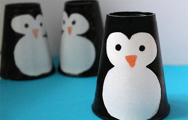 Come creare dei pinguini usando dei bicchieri di plastica