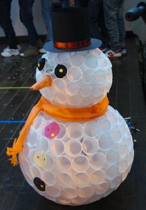 Come creare un pupazzo di neve usando dei bicchieri di plastica