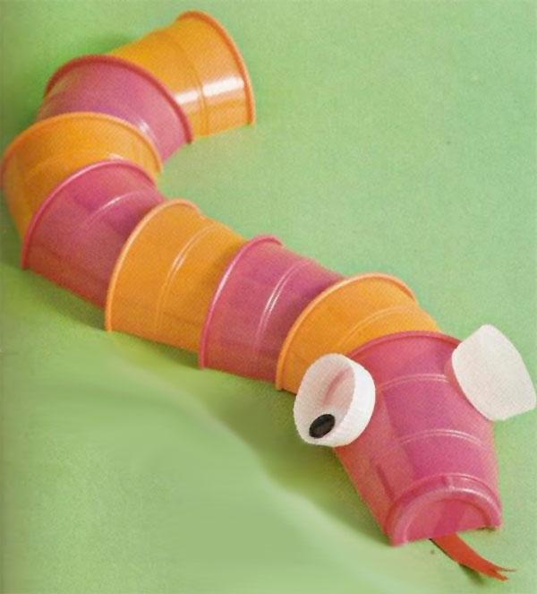 Come creare un serpente usando dei bicchieri di plastica