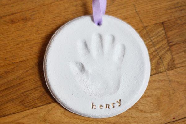 Come creare l'impronta di una mano con la pasta di sale