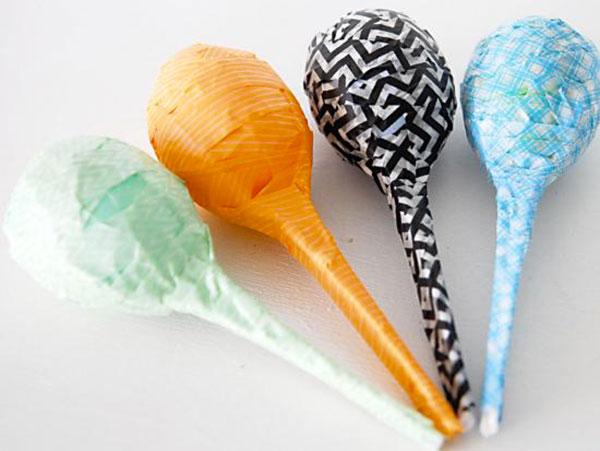 Come creare le maracas con uova e cucchiai di plastica