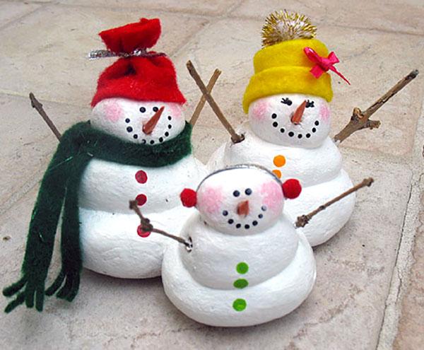 Pupazzi di neve creati con la pasta di sale come decorazioni natalizie