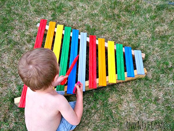 Come creare uno xilofono gigante colorato