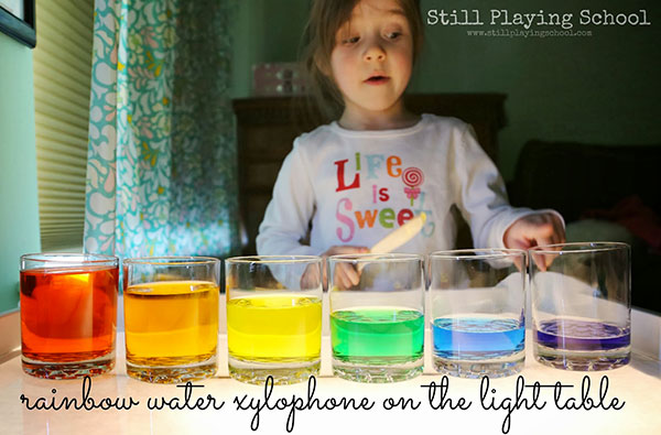 Come creare uno xilofono con bicchieri di acqua colorata