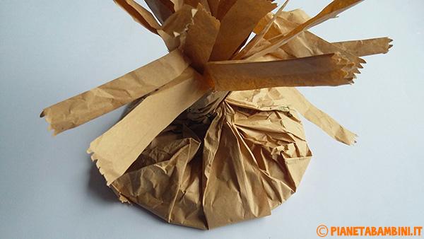 Piatto inserito nel sacchetto di plastica come base per l'albero