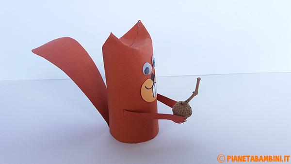 Vista laterale dello scoiattolo creato con rotolo di carta