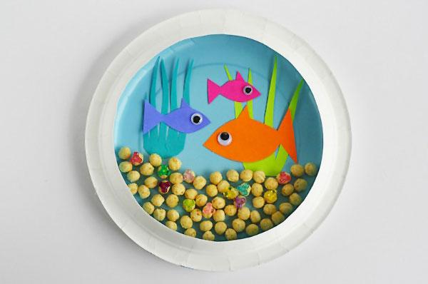 Acquarioo creato con piatti di plastica