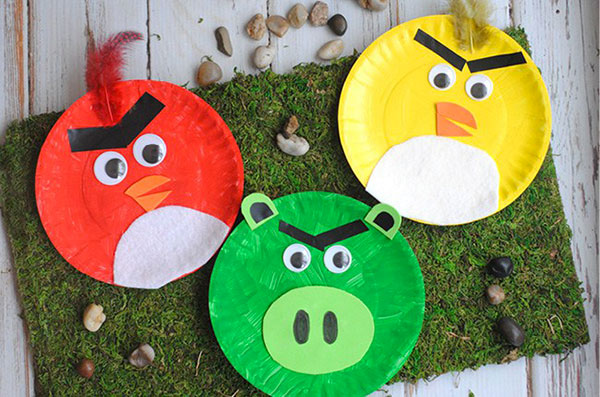 Angry Birds creato con piatti di plastica