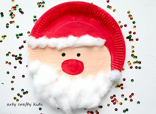 Babbo Natale creato con piatti di plastica