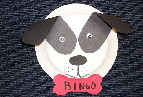 Cane creato con piatti di plastica