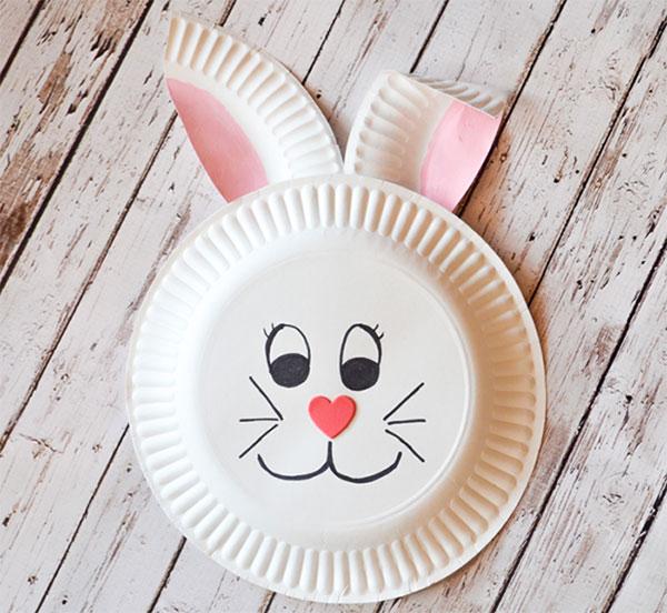 Coniglio creato con piatti di plastica