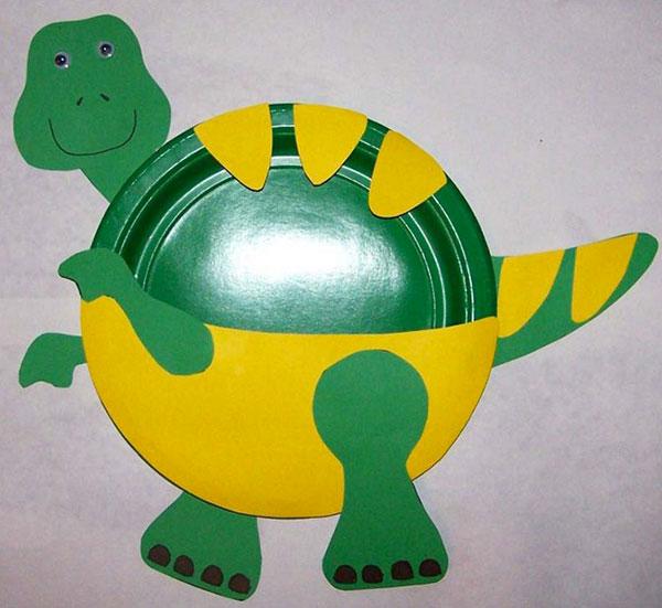 Dinosauro creato con piatti di plastica
