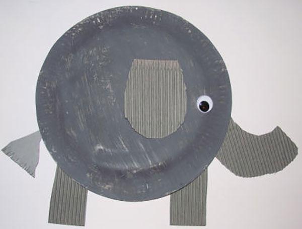 Elefante creato con piatti di plastica