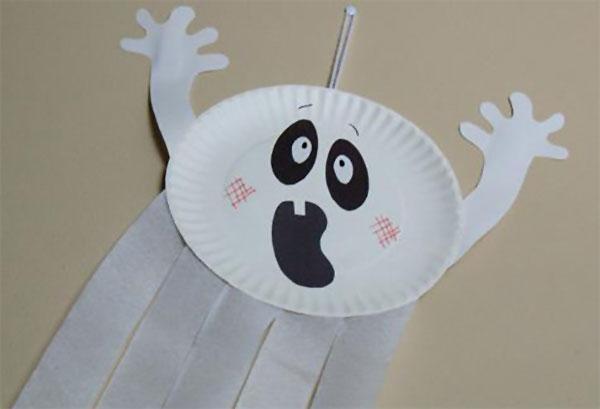 Fantasma creato con piatti di plastica
