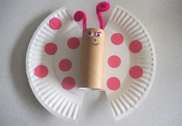 Farfalla creata con piatti di plastica