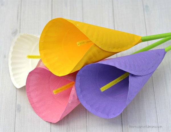 Fiore calla creato con piatti di plastica