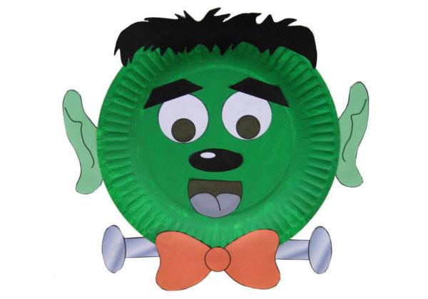 Frankenstein creato con piatti di plastica