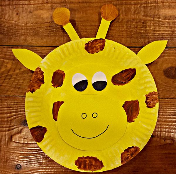 Giraffa creato con piatti di plastica