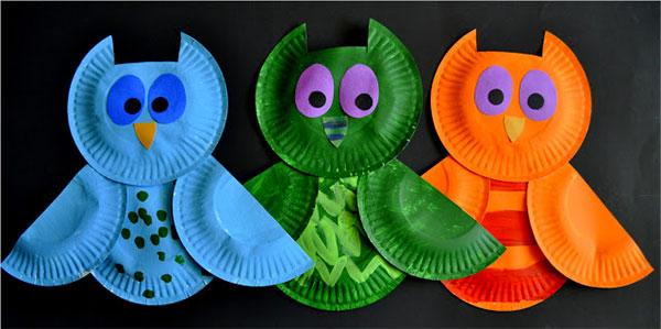 Gufi creati con piatti di plastica
