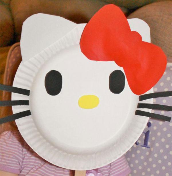 Hello Kitty creata con piatti di plastica