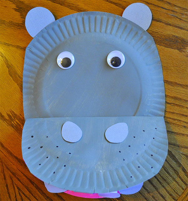Ippopotamo creato con piatti di plastica