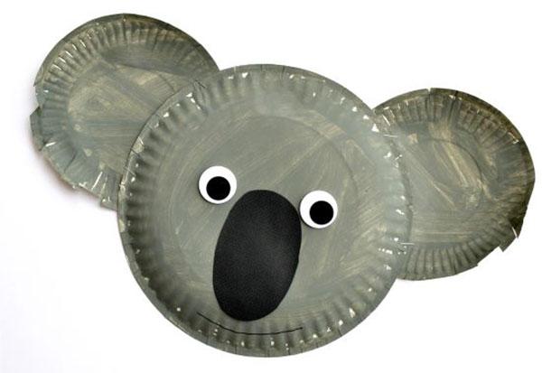 Koala creato con piatti di plastica