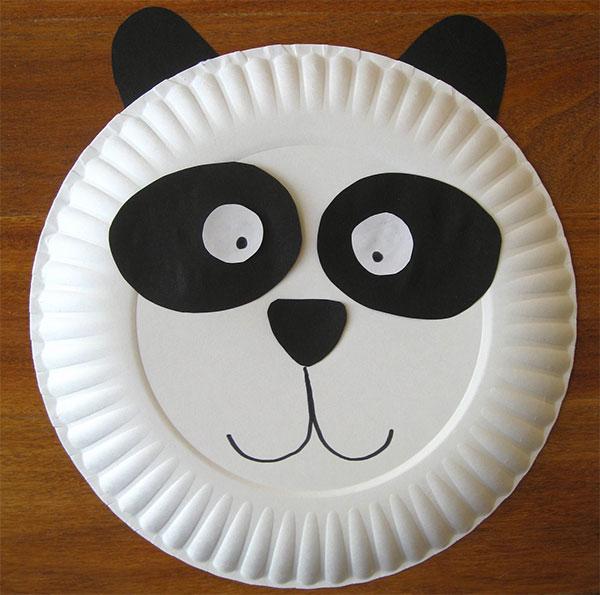 Kung Fu Panda creato con piatti di plastica
