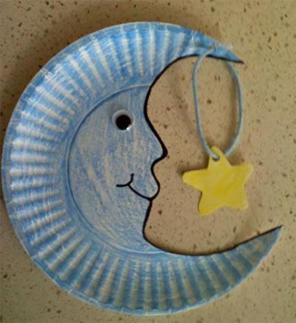 Luna creato con piatti di plastica