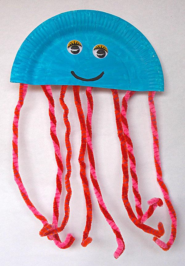 Medusa creata con piatti di plastica