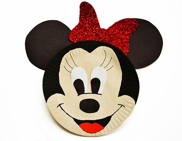 Minnie creata con piatti di plastica