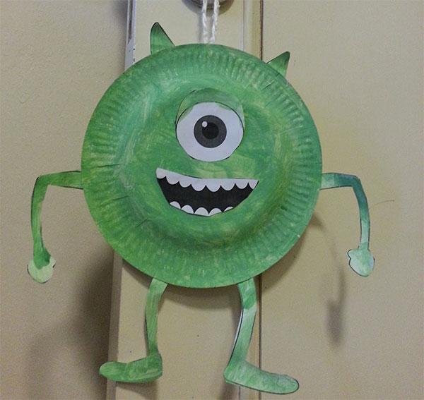 Mike Wazowski di Monster & Co. creato con piatti di plastica