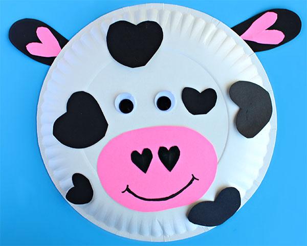 Mucca creato con piatti di plastica