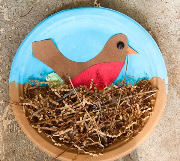 Nido di uccello creato con piatti di plastica