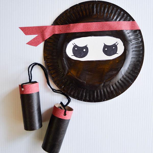 Ninja creato con piatti di plastica