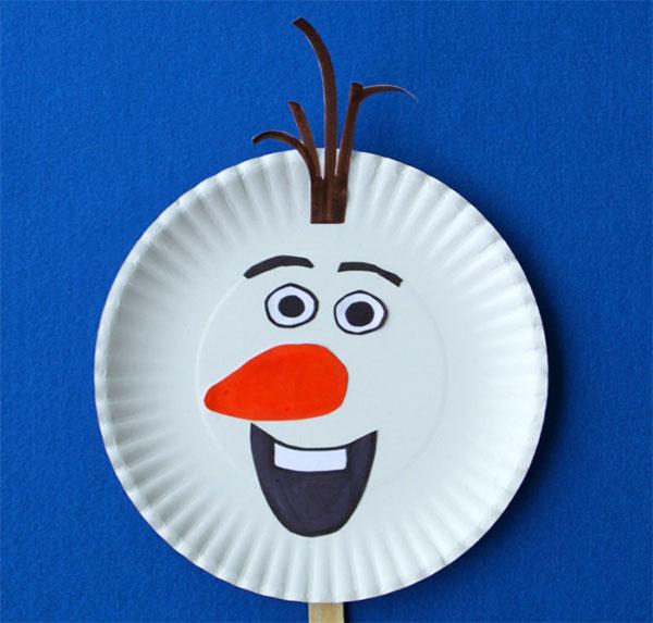 Olaf di Frozen creato con piatti di plastica