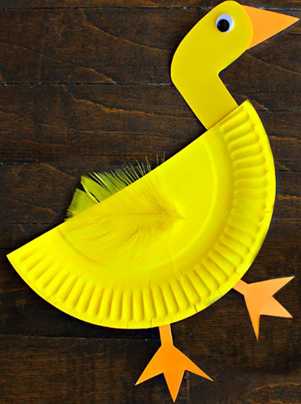 Papera creato con piatti di plastica