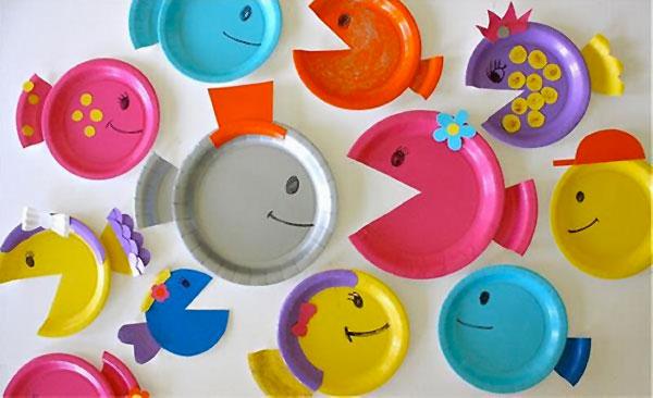 Asino creato con piatti di plastica