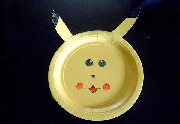 Pokemon Pikachu creato con piatti di plastica