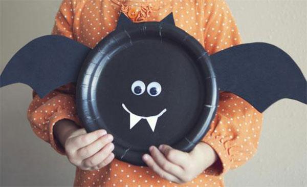 Pipistrello creato con piatti di plastica