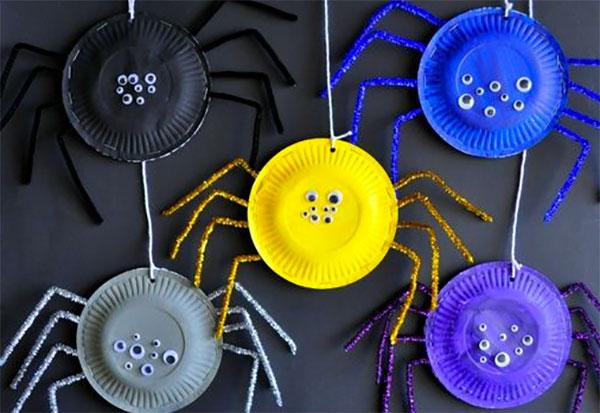 Ragni creati con piatti di plastica