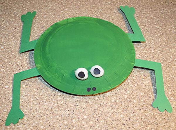 Rana creato con piatti di plastica