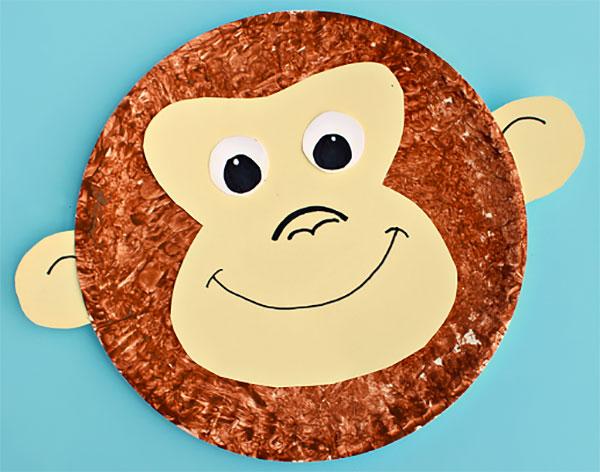 Scimmia creato con piatti di plastica