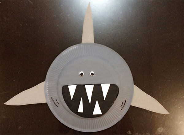 Squalo creato con piatti di plastica