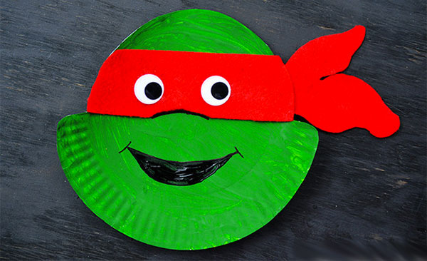 Tartaruga Ninja creata con piatti di plastica