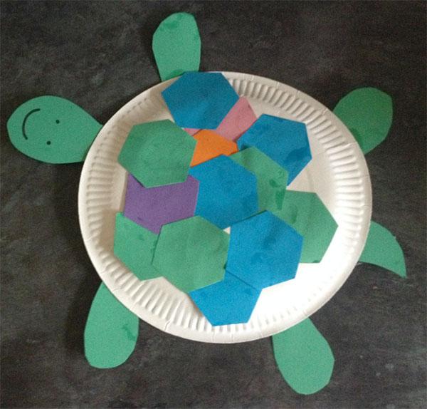 Tartaruga creato con piatti di plastica