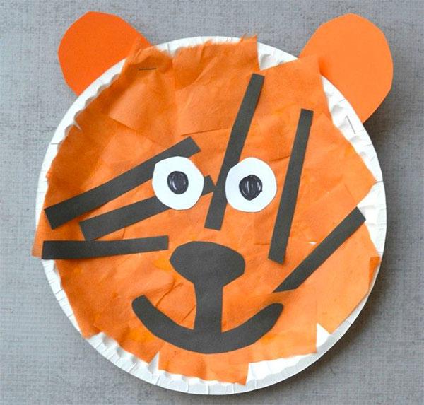 Tigre creato con piatti di plastica