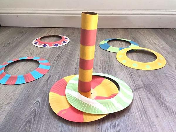 Tiro agli anelli creato con piatti di plastica
