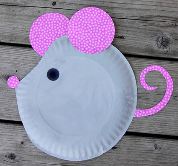 Topo creato con piatti di plastica