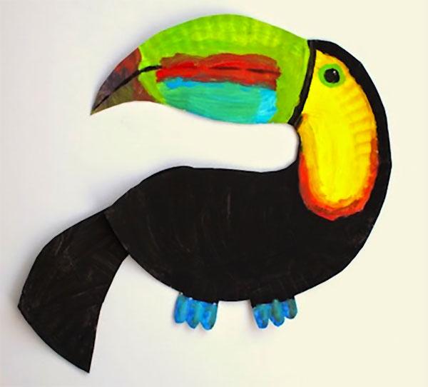 Tucano creato con piatti di plastica