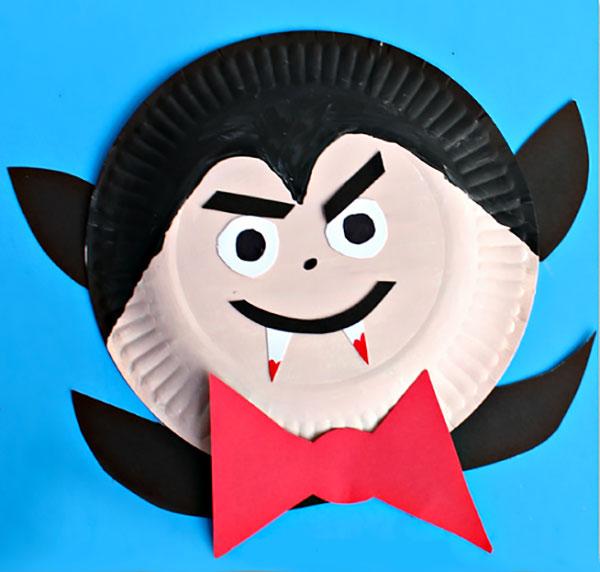 Vampiro creato con piatti di plastica